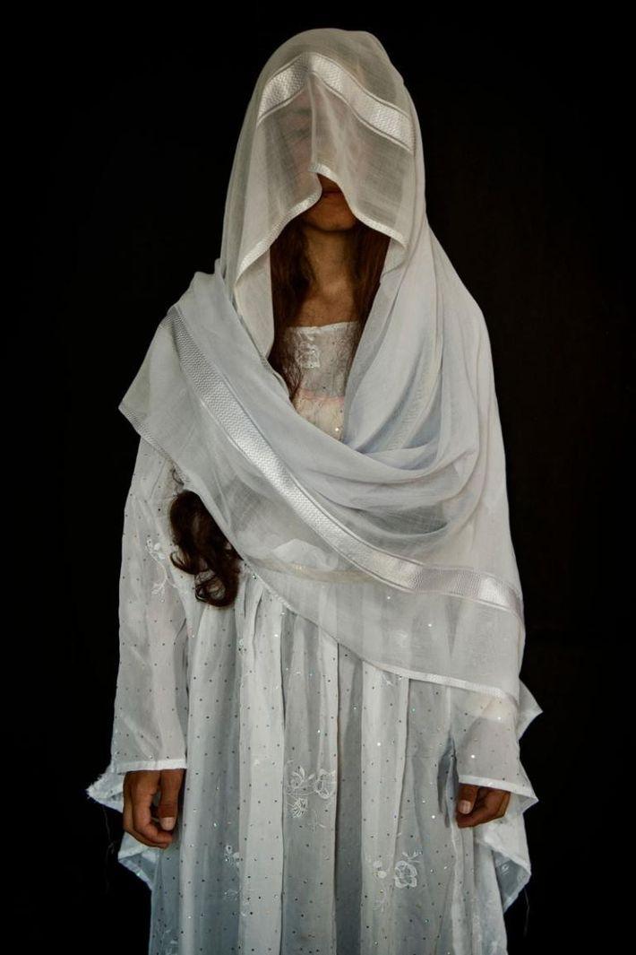 Delvin, 27 ans, originaire de Kojo, dans la région de Sinjar. Capturée le 15/08/2014. Durée de ...