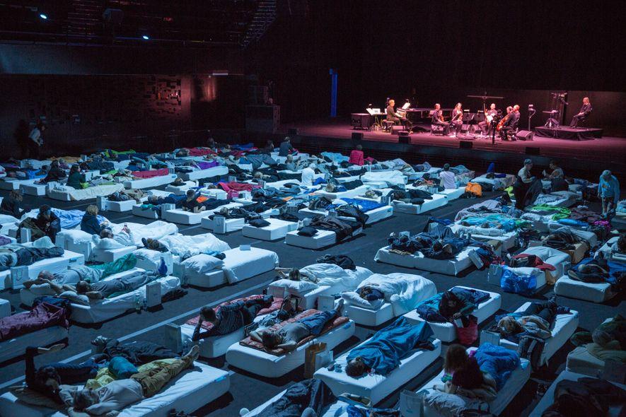 Le compositeur britannique Max Richter dirige Sleep, à la Philharmonie de Paris. Cette pièce minimaliste de ...