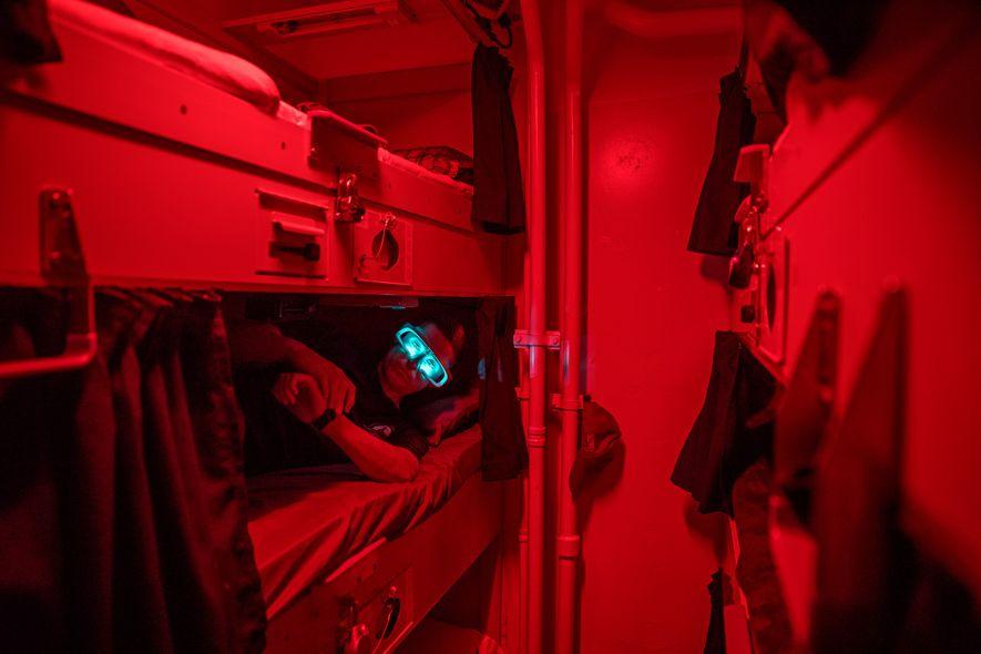Au réveil, des marins de l'USS Paul Hamilton portent durant un court moment des lunettes émettant ...