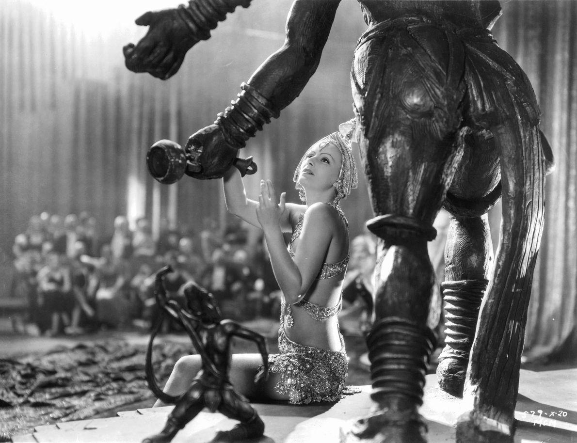 La performance de Garbo d'un strip-tease exotique devant une statue de Shiva s'est avérée trop sensationnelle, ...