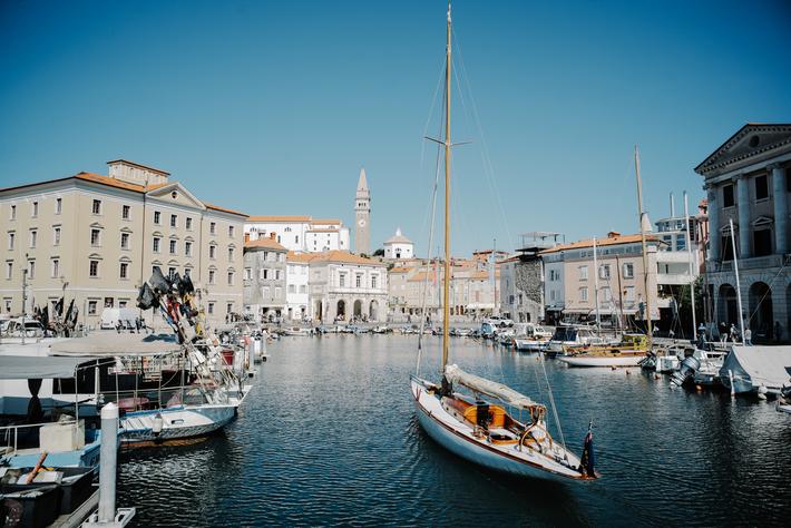 Faites du lèche-vitrines et observez l'incroyable architecture vénitienne dans la ville balnéaire de Piran, sur la ...