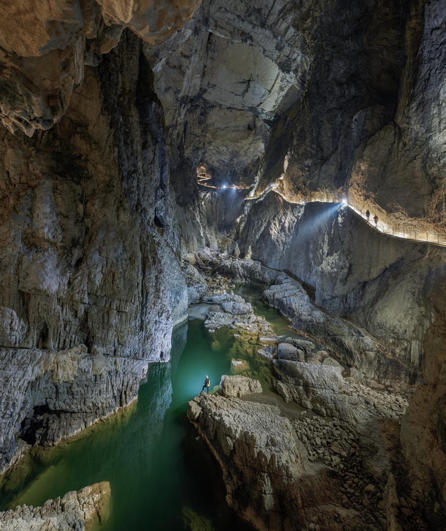 Partez explorer les profondeurs du vaste réseau de grottes calcaires de Škocjan, classé au patrimoine mondial ...