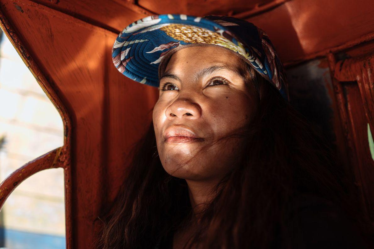 Janet, guide touristique qui vit dans les bidonvilles de Baseco, rentre chez elle en tricycle. Sur ...