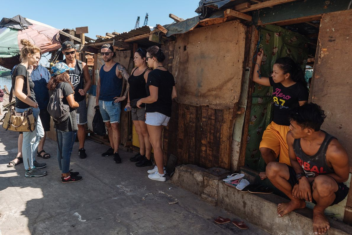 Manille abrite des centaines de bidonvilles. Ici, Smokey Tours organise une visite du quartier de Baseco, ...