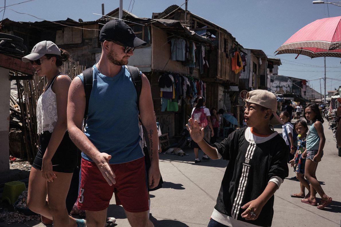 Pour certains, le tourisme des bidonvilles permet aux touristes de rencontrer des locaux et d'entendre leur ...