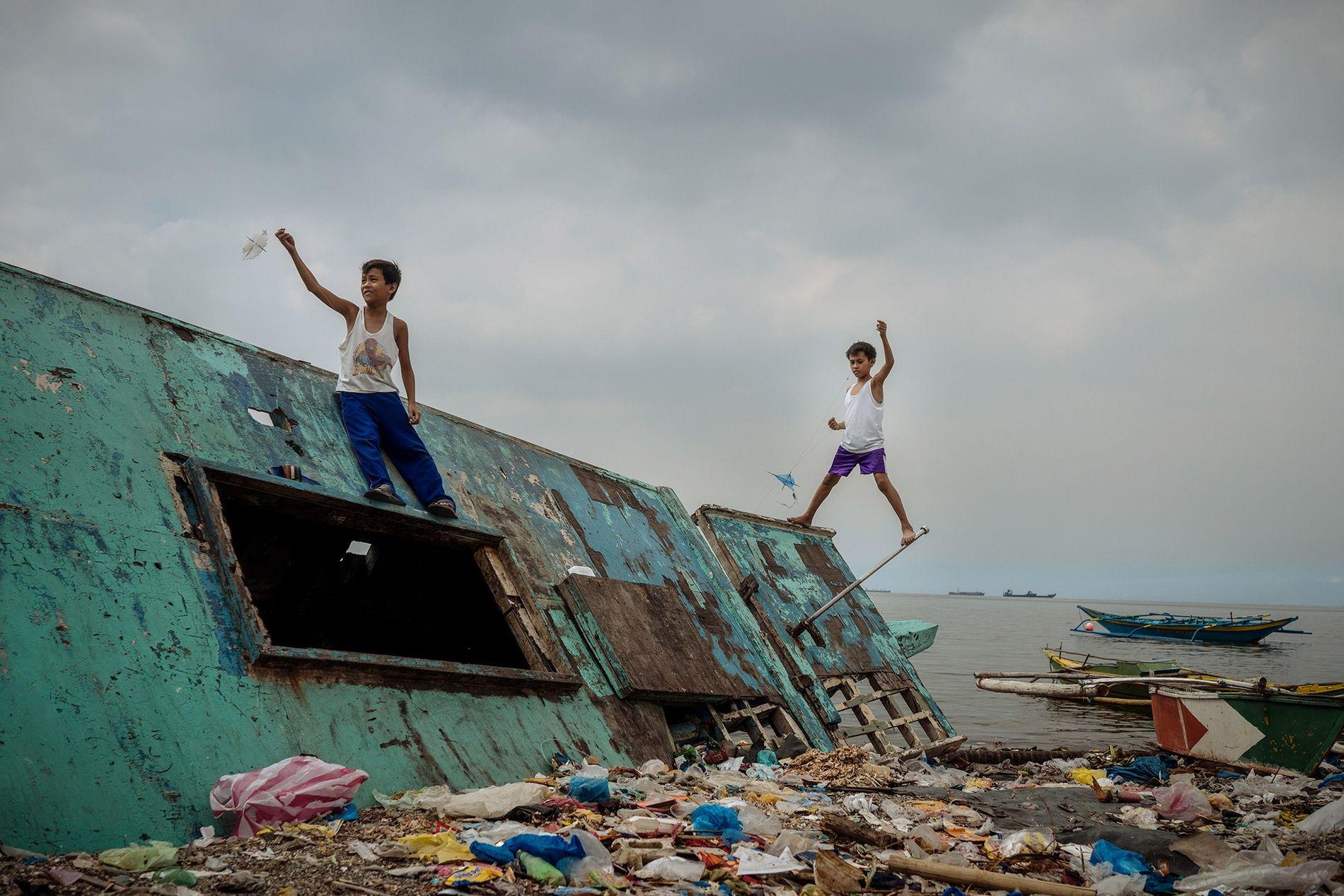 Des enfants jouent à Baseco, le quartier voisin de Tondo. Il s'agit du plus grand quartier ...