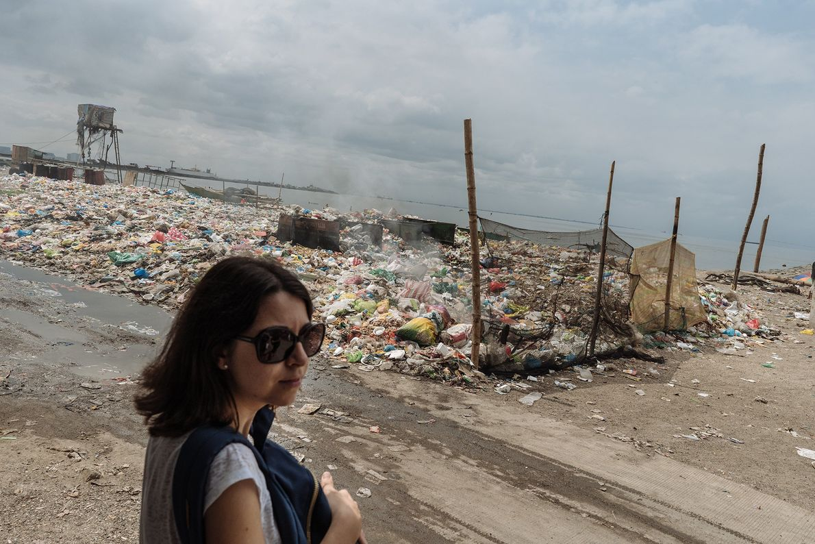 Pour joindre les deux bouts, de nombreux habitants des bidonvilles de Manille récupèrent le plastique pour ...