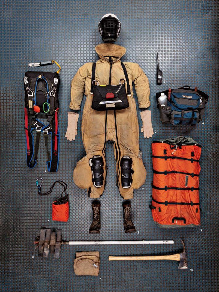 Chaque smokejumper porte environ 50 kg d'équipement pour combattre les flammes et y échapper. 1. Le ...