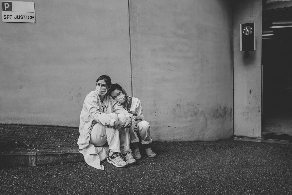 Infirmières au bord de l'épuisement. Mons, Belgique. Lors d'une brève pause sur le front continu du traitement ...