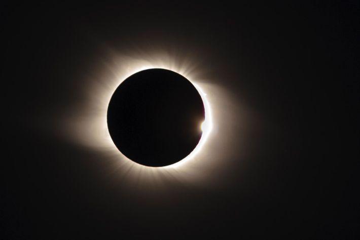 Une éclipse solaire totale se termine lorsque les premiers rayons du soleil réapparaissent alors que la ...