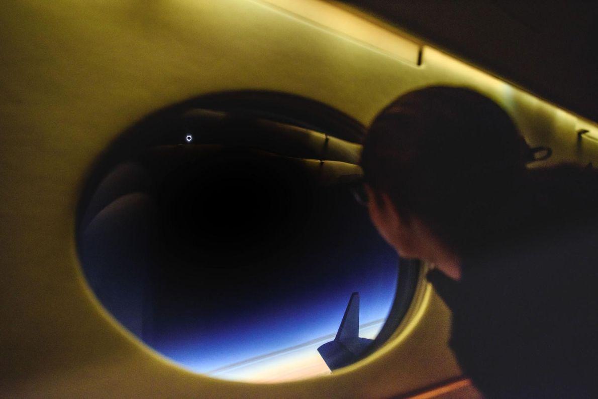 À bord de l'avion poursuivant l'ombre de l'éclipse, Babak Tafreshi immortalise un passager qui observe le ...