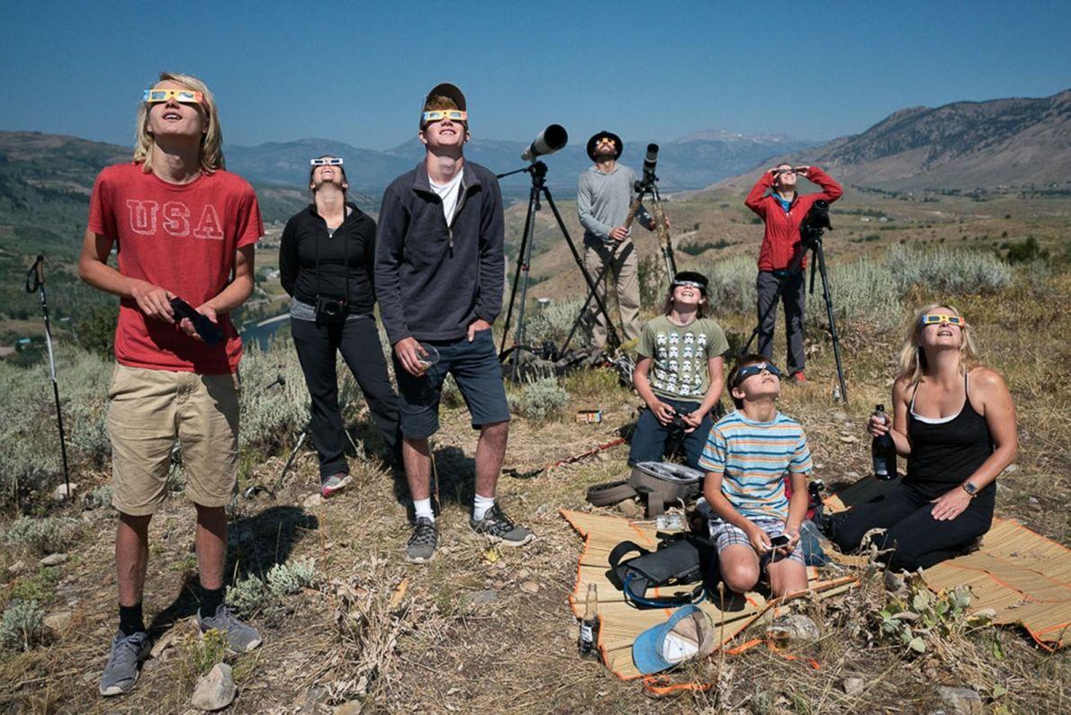 Des spectateurs se rassemblent pour observer l'éclipse en périphérie de Jackson, dans l'État du Wyoming (États-Unis), ...