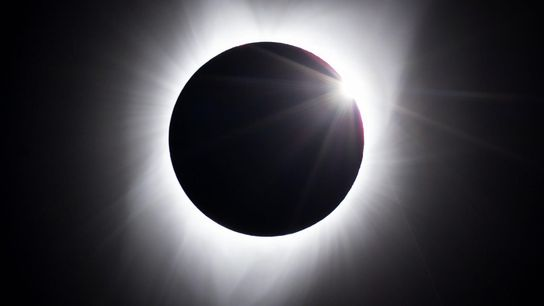 Alors que l'éclipse totale passe au-dessus de Jackson, dans l'État du Wyoming, les premiers rayons du ...