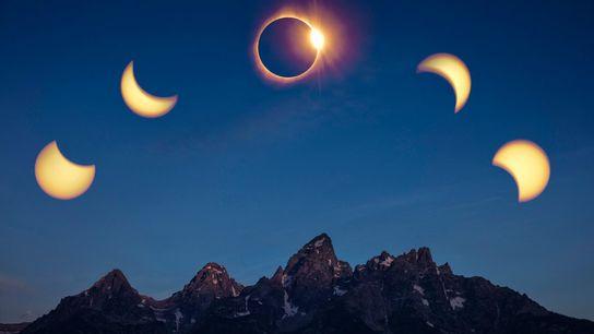 Une image compilant les différentes phases de l'éclipse au-dessus de la chaîne de montagnes Teton.