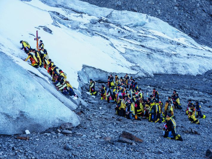 Des hommes de l'ethnie paruro prient devant un glacier, lors du festival annuel Qoyllur Riti (« étoile ...