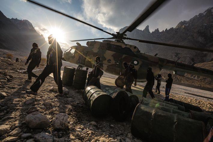 Des soldats de l'armée pakistanaise déchargent un hélicoptère Mi-17 au poste administratif du pic Paiju. Les ...