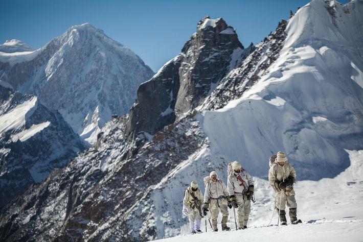 Les équipes s'assurent avec des cordes pour traverser certains reliefs. Des soldats pakistanais de la 323e ...
