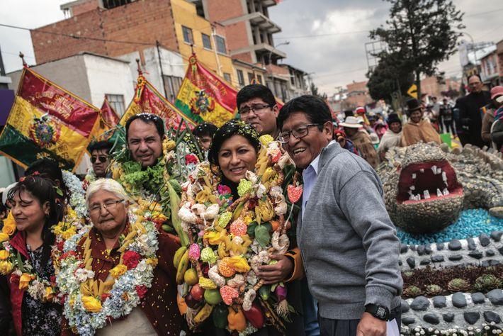 Soledad Chapetón Tancara (au centre) a été la première femme élue maire d'El Alto, en 2015. ...