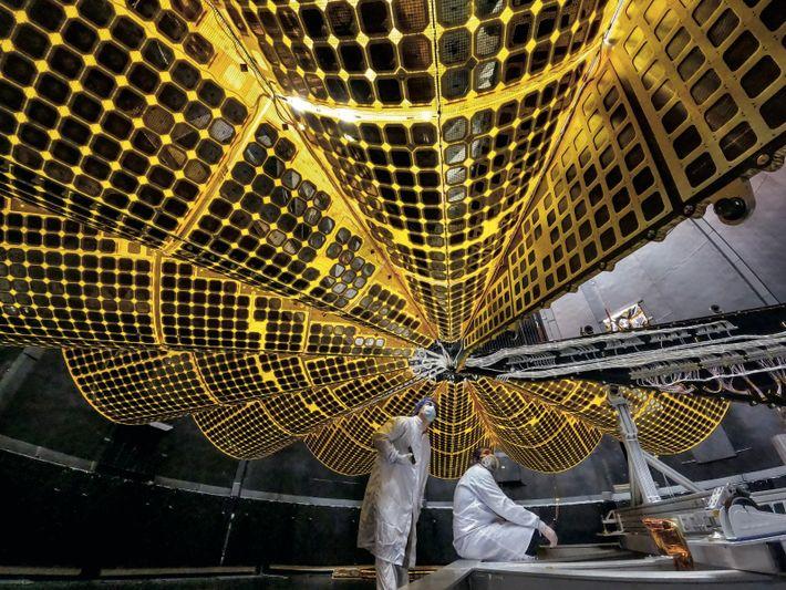 Destiné à la sonde Lucy, de la Nasa, un panneau solaire est déployé lors d'un test, sur un ...