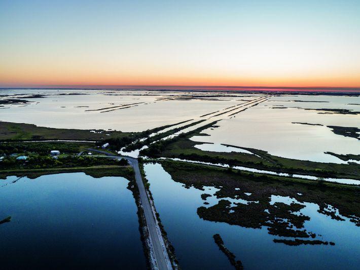 En Louisiane, marées et tempêtes inondent souvent la seule route entre le continent et l'île de Jean-Charles. ...