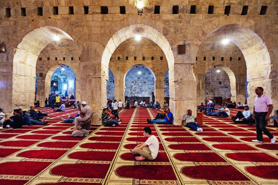 Dans la mosquée souterraine Al-Marwani, des musulmans attendent le début de la prière du vendredi. En ...