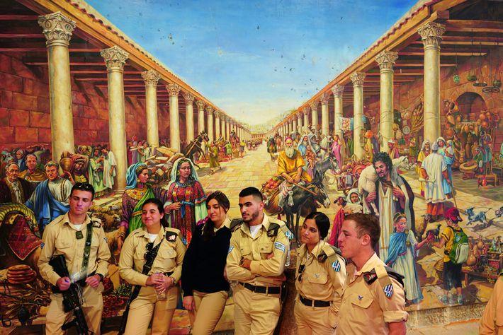 Des soldats israéliens visitent le cardo maximus (grand-rue romaine) de Jérusalem. La fresque murale représente la ...