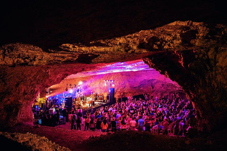 Concert dans la grotte de Sédécias. La carrière a fourni des pierres de construction pendant des ...