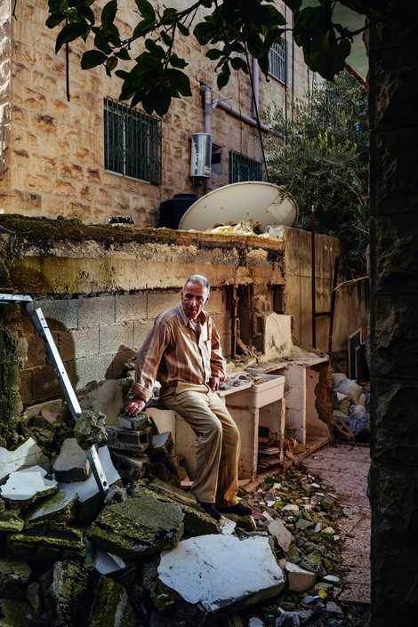 Selon Arafat Hamad, assis parmi les ruines de sa cuisine extérieure, le bâtiment s'est écroulé quand ...