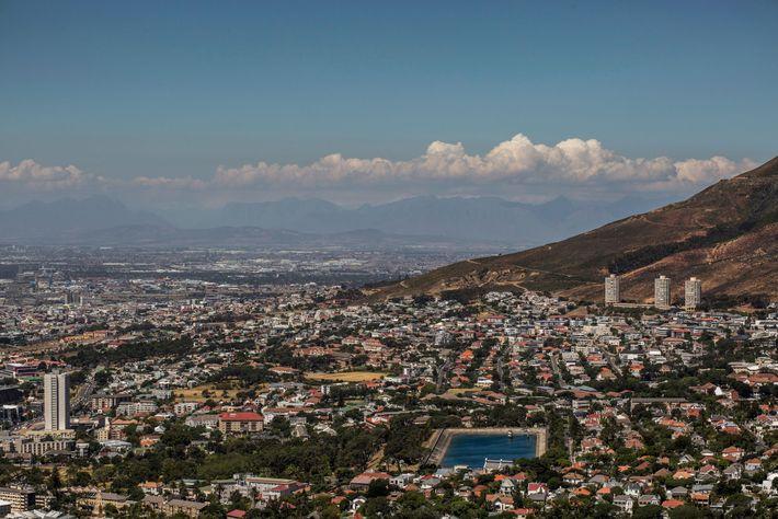 Cape Town, en février. On peut apercevoir un réservoir d'eau dont le niveau est faible. Selon ...