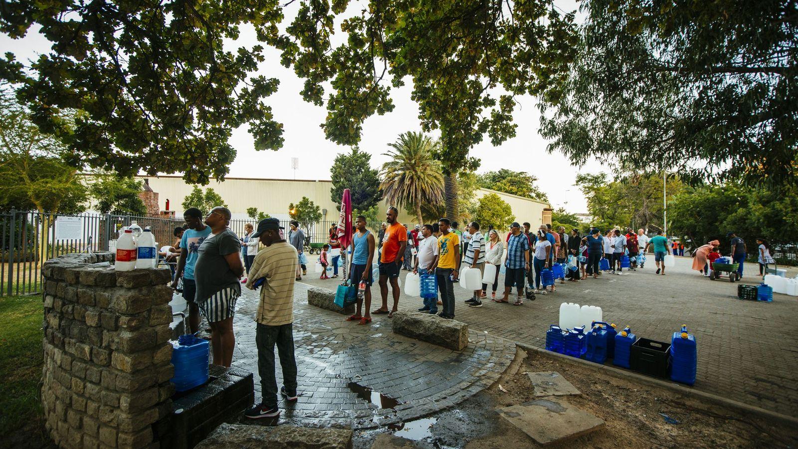 À Cape Town, en Afrique du Sud, des habitants font la queue pour remplir leurs bouteilles ...