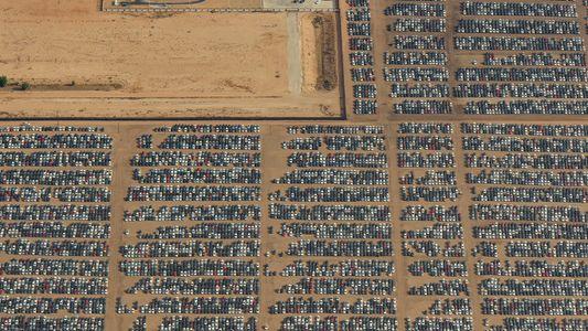 Survol de l'Aéroport Logisitique de la Californie du Sud, cimetière d'avions et de voitures