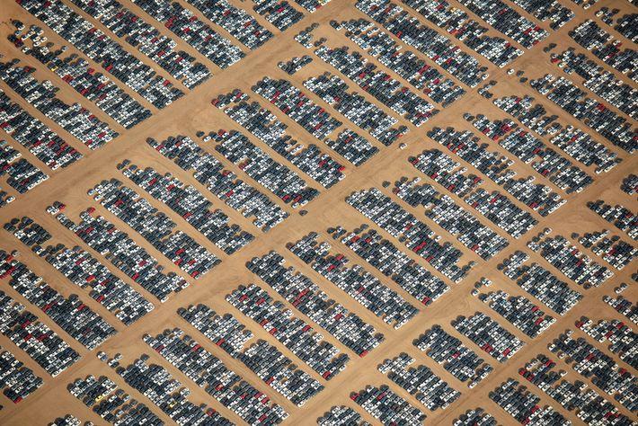 Vue rapprochée des véhicules entreposés à l'Aéroport Logistique de la Californie du Sud.