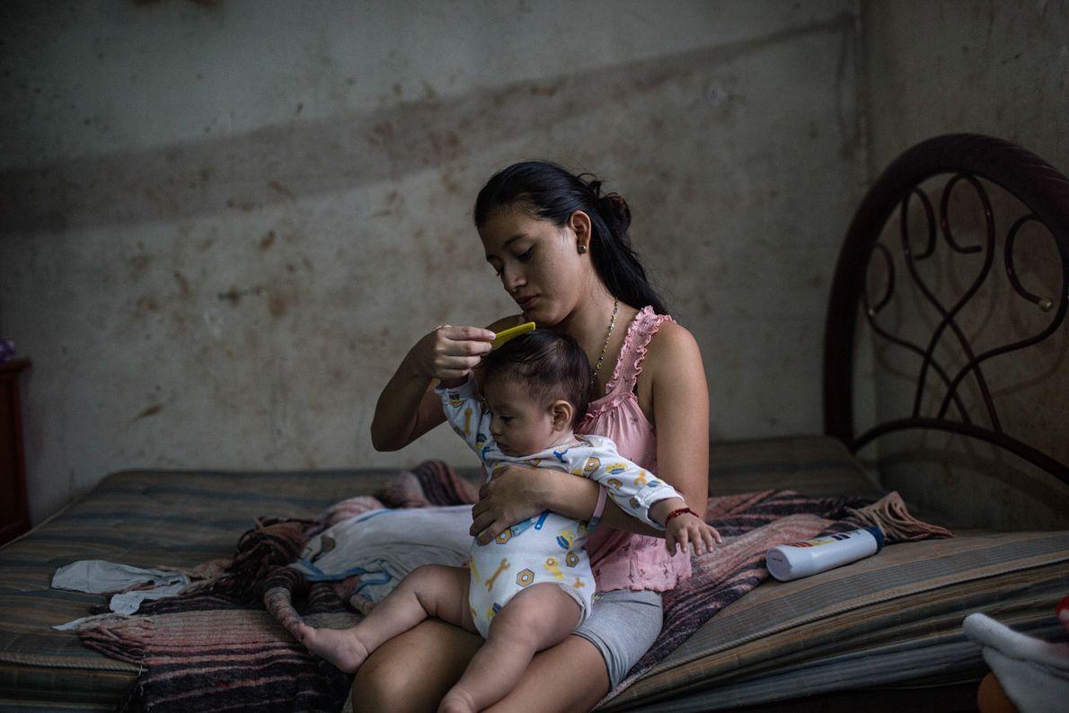 À Tinun, au Mexique, la jeune Beatriz âgée de 18 ans peigne les cheveux de son ...