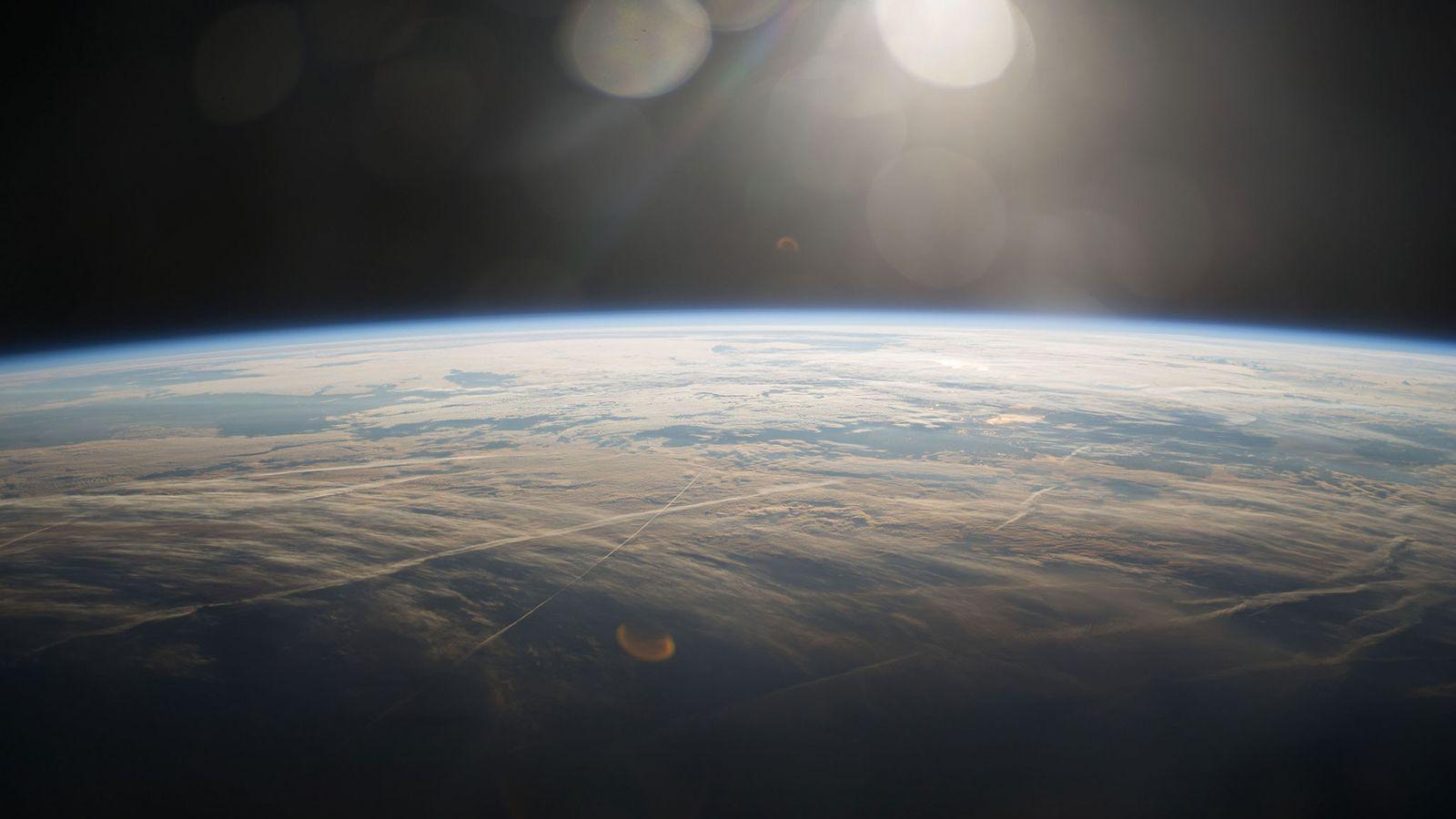 Un lever de soleil au-dessus de la Terre, pris depuis la Station spatiale internationale.
