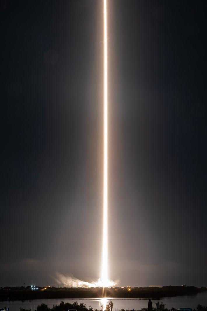 Cliché en exposition longue du véhicule spatial Crew Dragon de SpaceX lors de son décollage pour l'orbite ...