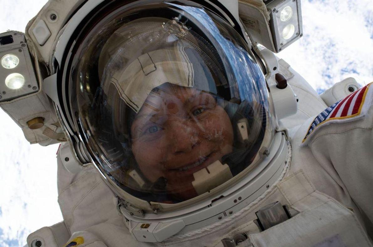 L'astronaute Anne McClain a pris ce selfie spatial à 260 km de la surface de la ...