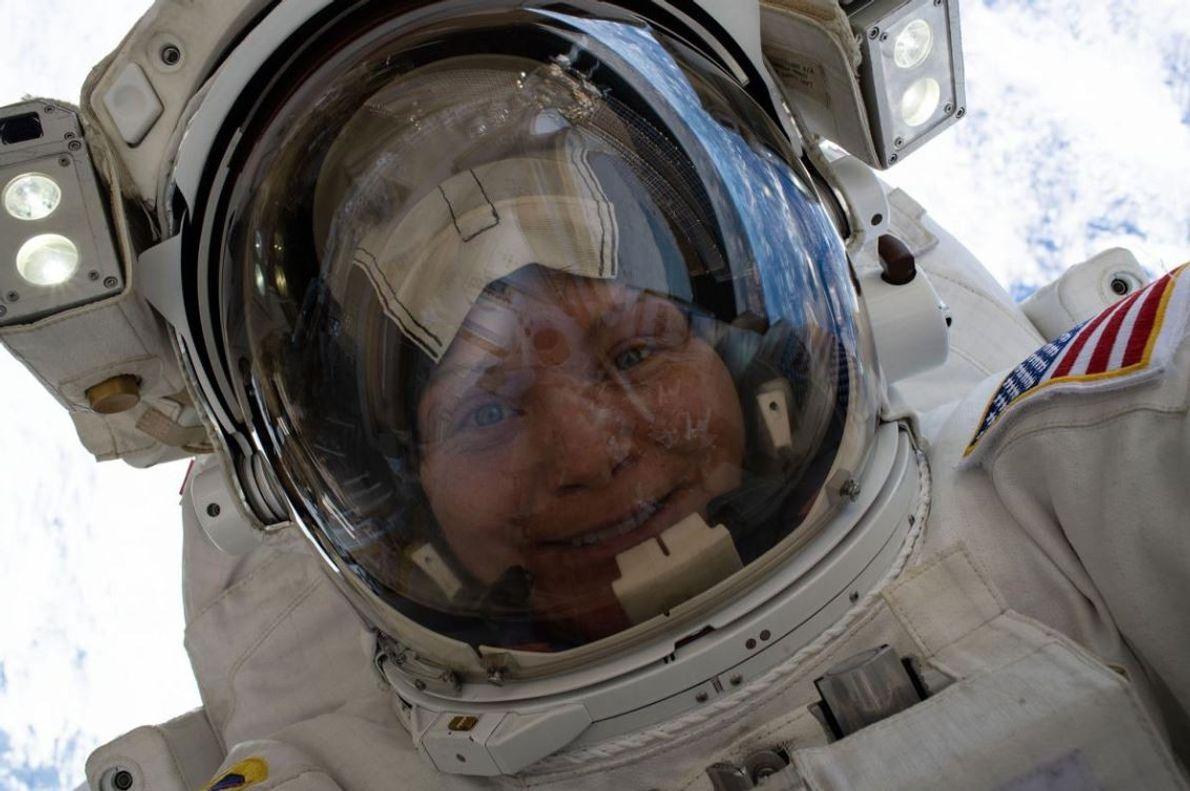 L'astronaute Anne McClain a pris ce selfie spatial à 260 km de la surface de la …
