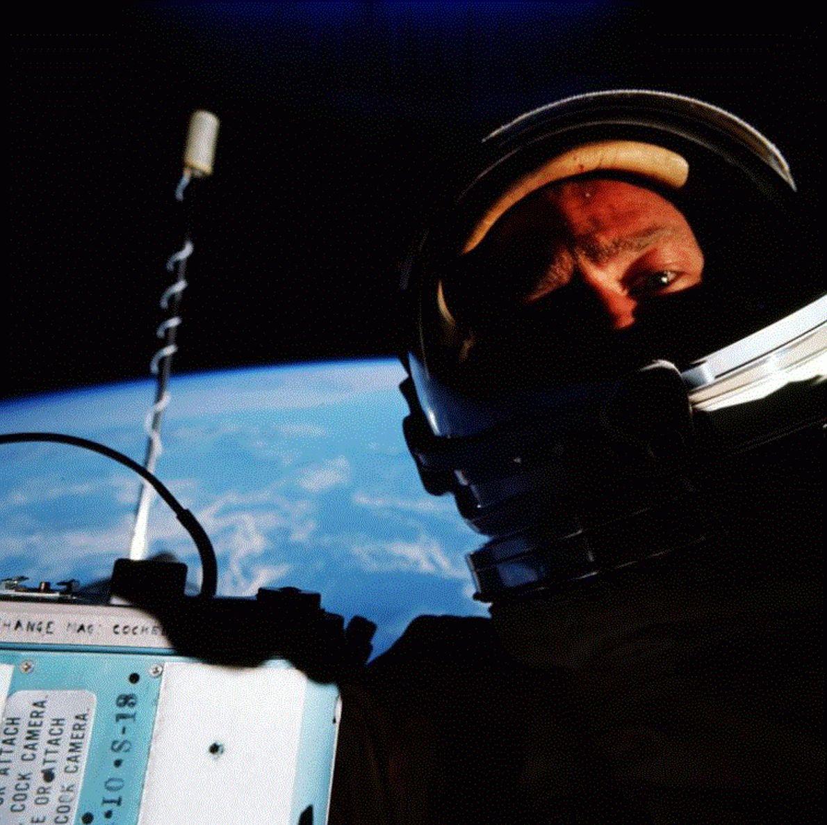 """Edwin """"Buzz"""" Aldrin a revendiqué avoir pris le premier selfie dans l'espace alors qu'il pilotait la ..."""