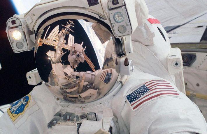 L'astronaute Mike Fossum a capturé ce selfie lors d'une sortie dans l'espace à l'extérieur de l'ISS. ...