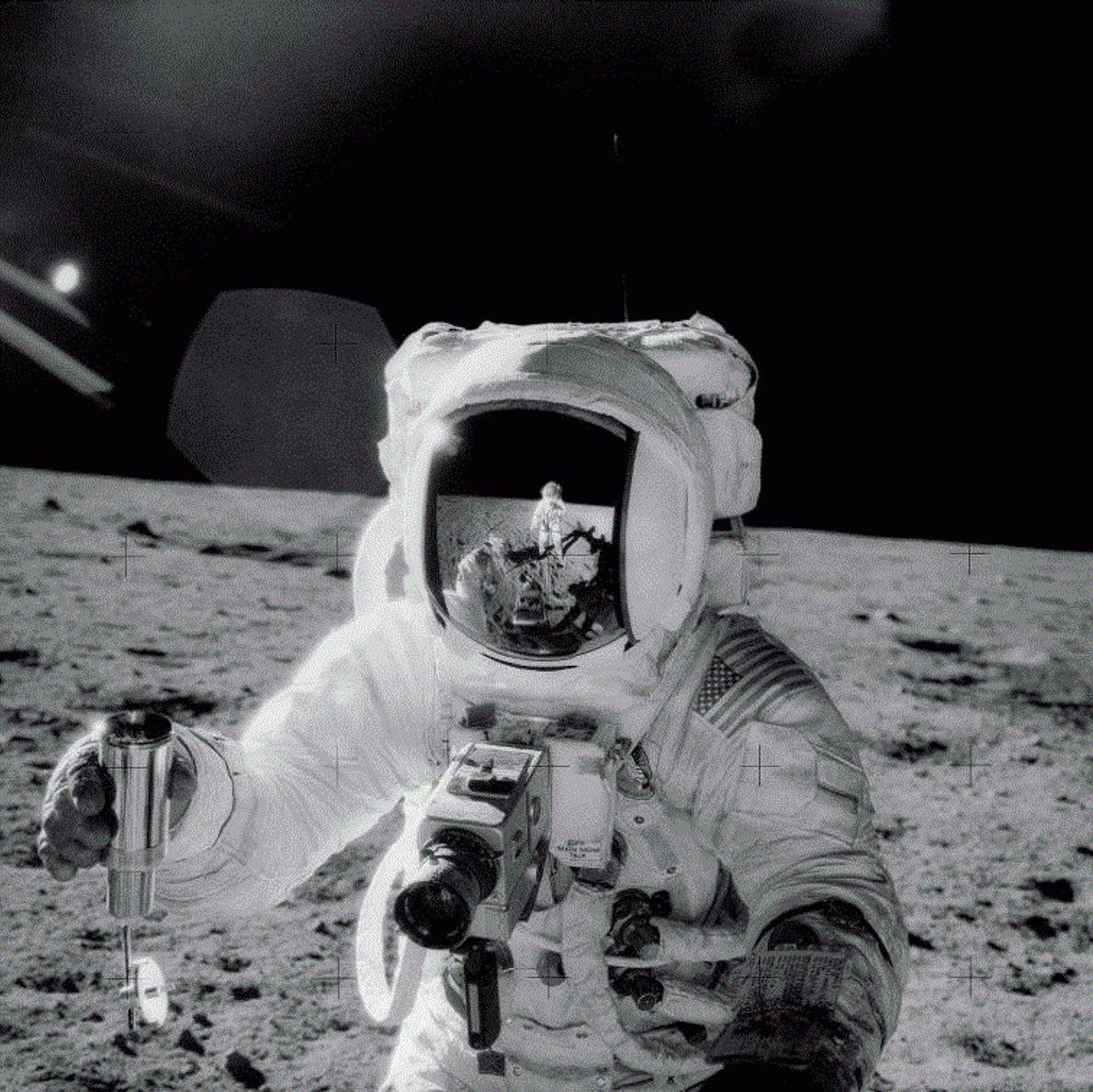 Lors de la mission Apollo 12 en 1969, l'astronaute Charles Conrad a pris cet autoportrait : ...