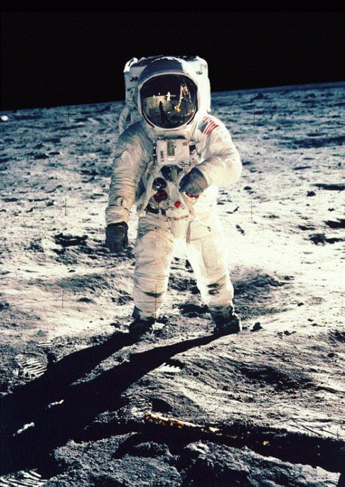 L'astronaute Neil Armstrong a pris cet autoportrait lors de la mission Apollo 11 en 1969 : ...
