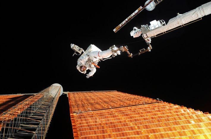 En 2007, les astronautes de la NASA Scott Paraynski et Doug Wheelock (hors champ) ont réalisé une sortie dans ...