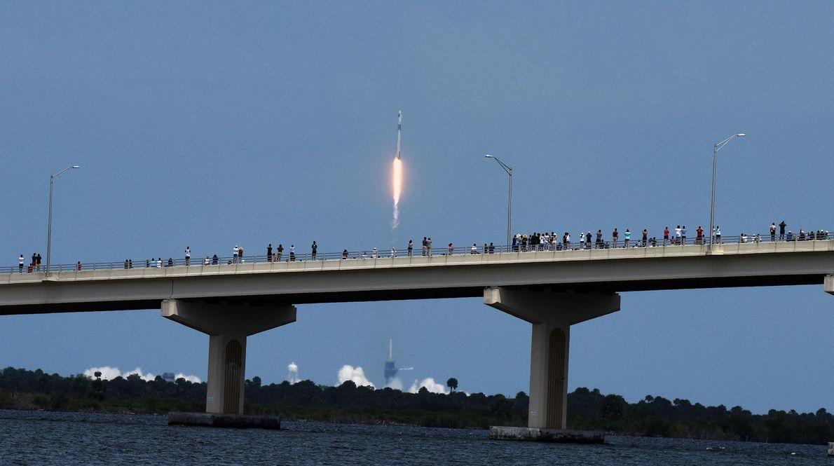 Il semble que les spectateurs qui assistent au lancement de la fusée Falcon 9 de SpaceX ...