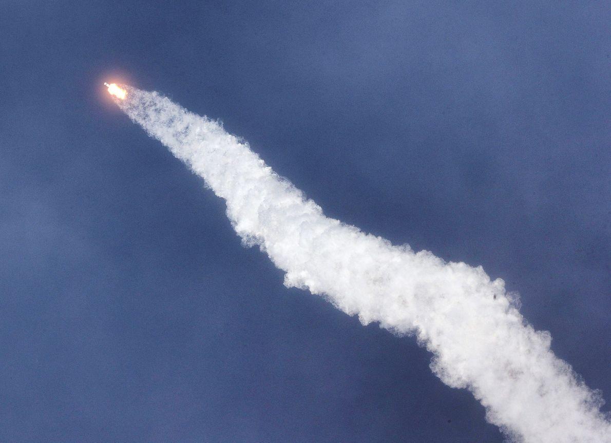 La fusée Falcon 9 de SpaceX a lancé les astronautes Doug Hurley et Bob Behnken à ...