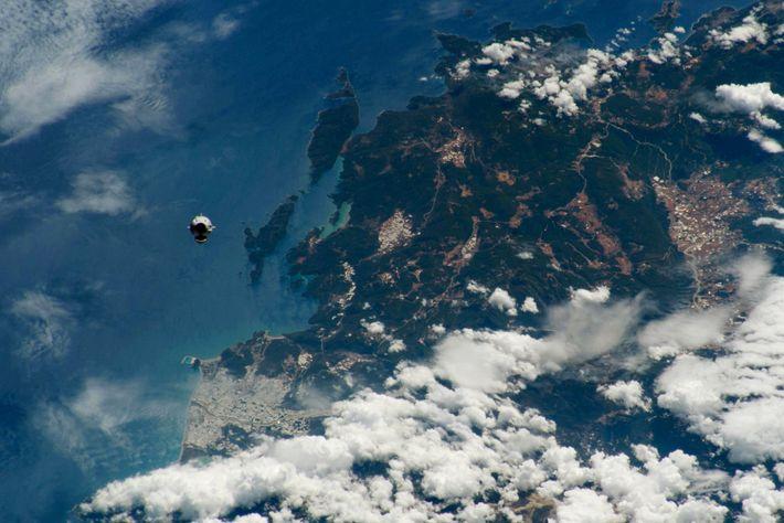 La capsule Crew Dragon de SpaceX s'approche de la Station spatiale internationale le 31 mai. En ...
