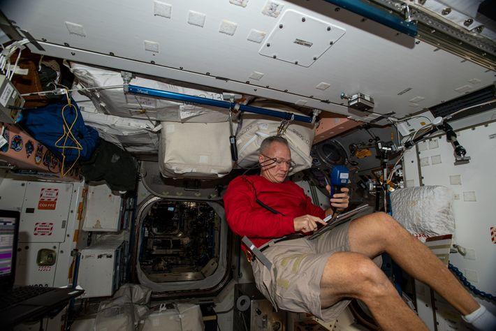 Le 7 juillet, Hurley manipule le système de ventilation de la Station spatiale internationale pour contrôler ...