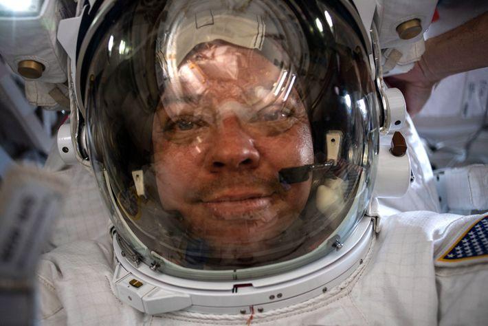 Le 21 juillet, Behnken prend un « selfie spatial » vêtu de sa combinaison et de son casque.