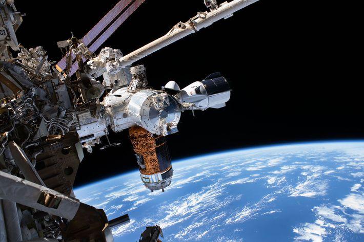 La capsule Crew Dragon de SpaceX (extrême droite) amarrée à la Station spatiale internationale le 1er ...