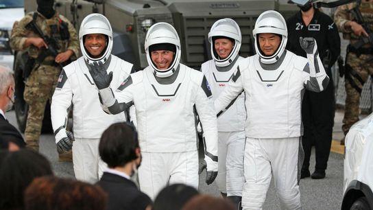 Les membres de l'équipage de la mission Crew-1, à savoir le commandant du vaisseau spatial Mike Hopkins (au ...