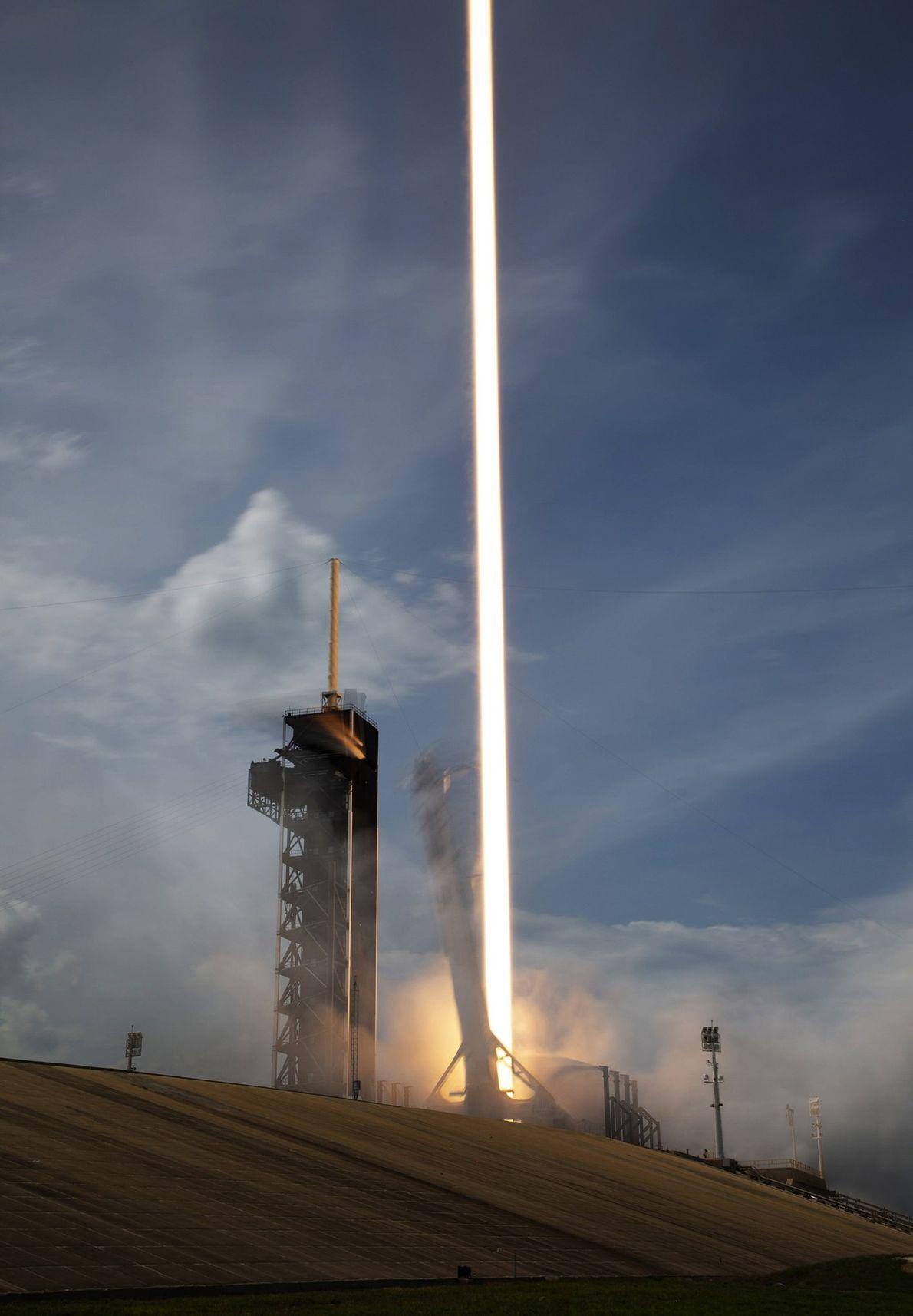Les neuf moteurs de la fusée Falcon 9 de SpaceX se mettent en marche lors du ...